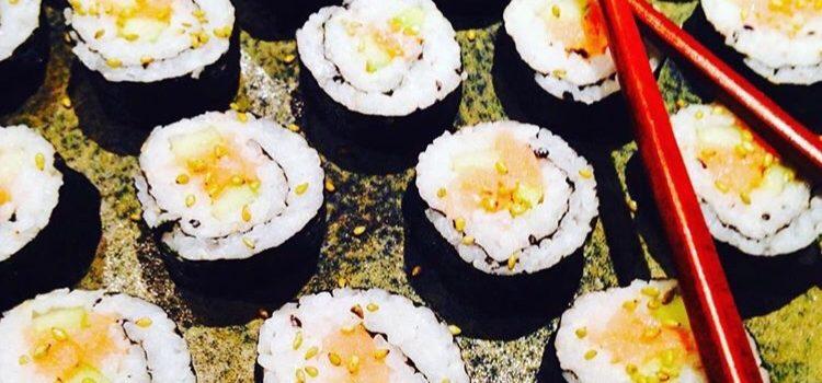 Makis au saumon fumé et graines de sésame au wasabi