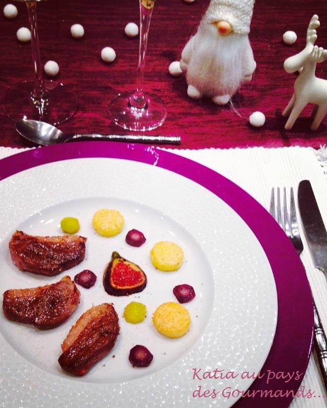 Magret de canard déglacé au vinaigre balsamique aux figues, polenta, carottes colorées et figues rôties