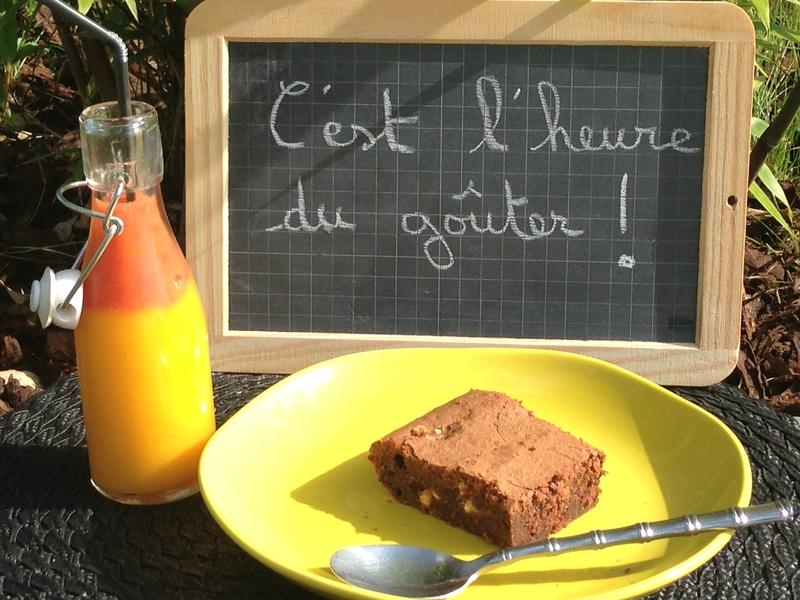 Brownie au chocolat et nougat accompagné de son smoothie mangue – fraises