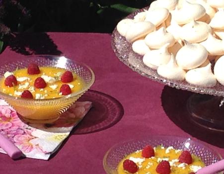 Soupe de mangue, framboises et meringues au citron vert