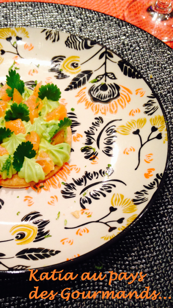Sablé au thym, guacamole, coeur de saumon fumé, zeste de citron vert et coriandre