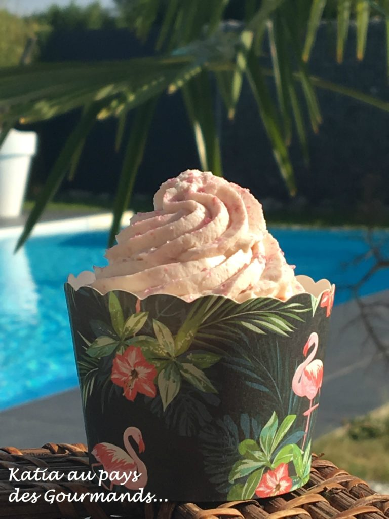 Cupcakes au citron, coeur de framboise, crème au mascarpone et coulis de framboises