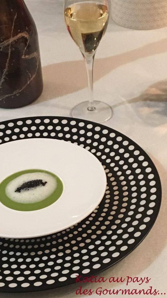 Velouté de petits pois, écume de haddock fumé et quenelle de caviar