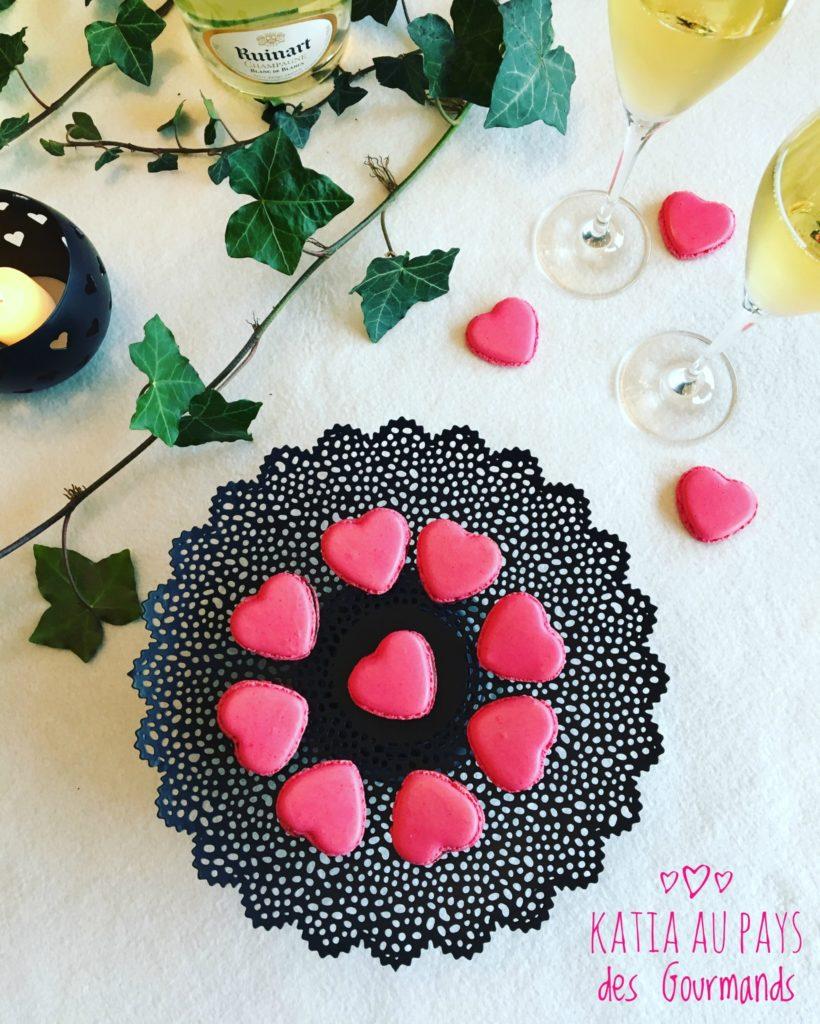 Macarons mousse chocolat noir / cœur framboise
