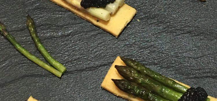 Mini Asperges rôties et quenelles de caviar sur sablés