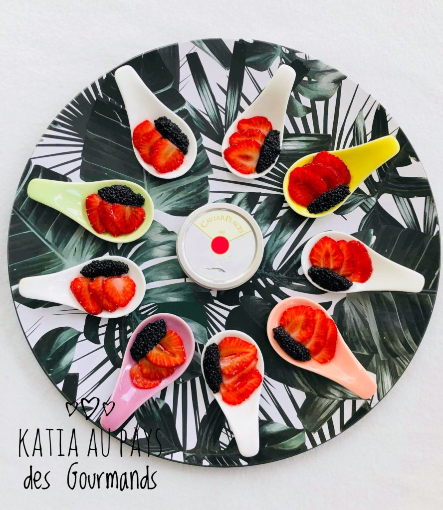 Carpaccio de fraises à la crème  balsamique et quenelles de caviar