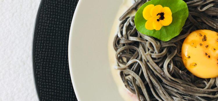 Spaghettis à l'encre de seiche et à la crème de lard fumé